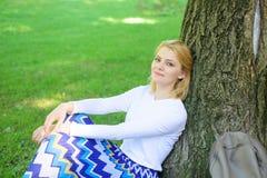 Coupure blonde de prise de femme détendant en parc Trouvez l'endroit paisible en parc Donnez-vous la coupure et appréciez les loi photographie stock libre de droits
