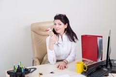 Coupure dans le bureau avec du yaourt Images libres de droits