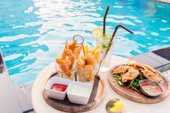 coupure de casse-croûte de mélange avec le cocktail de margarita près de la piscine i Image stock