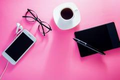 Coupure de Coffe d'un concepteur Travail avec une tasse de café et à l'aide d'un comprimé de stylo Image libre de droits