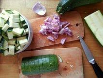 Coupure de quelques oignons et courgettes pour un dîner sain et délicieux photo libre de droits