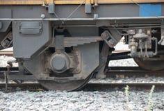 Coupure de roue de plan rapproché et système de la suspension de train Photographie stock