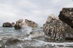 Coupure de vagues sur les roches photo libre de droits