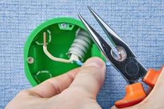 Coupure des fils avec les pinces électriques photos stock