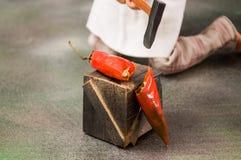 Coupure des piments rouges Photo stock