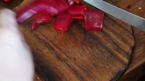 Coupure des poivrons d'un rouge ardent frais banque de vidéos