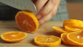 Coupure des tranches oranges pour la mousse de chocolat avec la gelée orange banque de vidéos