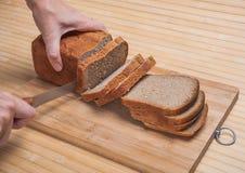 Coupure du pain brun Photo libre de droits