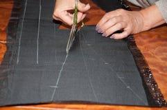 Coupure du tissu dans l'atelier Photos libres de droits