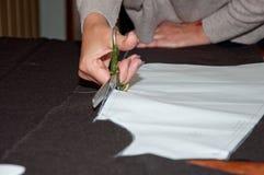 Coupure du tissu dans l'atelier Images libres de droits
