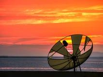 coupure et couchers du soleil satellites de disque sur la ligne horizonental Photos stock