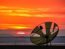 coupure et couchers du soleil satellites de disque sur la ligne horizonental Photo libre de droits