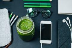 Coupure saine Espace de travail d'indépendant avec des crayons, téléphone, headpho Photos stock