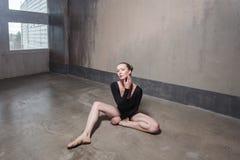 Coupure sexy de femme de danse entre la formation et regarder l'appareil-photo Photo libre de droits