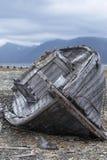 Coupures de bateau sur le rivage Photos libres de droits