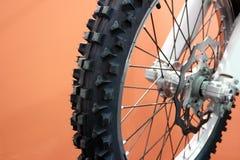 Coupures de pneu et de disque de vélo de motocross en plan rapproché images libres de droits