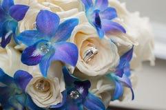 Couquet nupcial con los anillos de bodas imagen de archivo libre de regalías