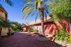 Cour au monastère avec le palmier photo stock