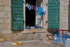 Cour authentique de Monténégro dans Kotor avec sécher des vêtements photographie stock
