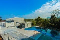 Cour avant ou arrière, piscine de luxe et, moderne photos stock