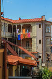 Cour avec le blanchisserie-séchage à Tbilisi Images libres de droits