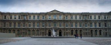 Cour carrée du Λούβρο κάτω από τα σύννεφα αντίθεσης Στοκ εικόνα με δικαίωμα ελεύθερης χρήσης