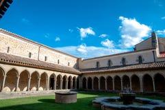 Cour d'abbaye de St Hilaire chez l'Aude image stock