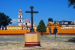 Cour d'une église dans Cholula, Puebla, Mexique Photos libres de droits