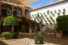 Cour d'une maison typique à Cordoue, Espagne images libres de droits