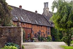 Cour dans le vieux manoir et grange anglais Images libres de droits