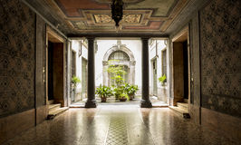 Cour dans un vieux bâtiment italien Photos stock