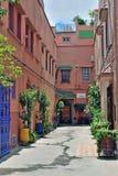 Cour dans une zone résidentielle à Marrakech, Maroc Photo stock