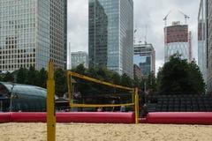 Cour de boule de volée de plage à Canary Wharf photos libres de droits