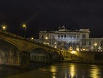 Cour de cassation par le tevere de rever de pont de Rome de nuit Photo stock