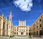 Cour de château de Lednice sous le ciel bleu profond photos libres de droits