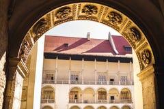 Cour de château de Wawel vieille à Cracovie, voûte en pierre images stock