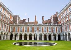Cour de fontaine au palais de Hampton Court Photographie stock libre de droits