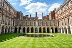 Cour de fontaine chez Hampton Court Palace près de Londres Photos libres de droits