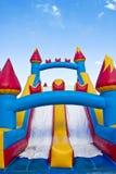 Cour de jeu branchante du château gonflable des enfants Photos libres de droits