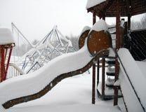 Cour de jeu dans la neige profonde Photo stock
