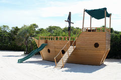 Cour de jeu de glissière de bateau de pirate Photos stock