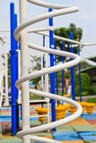 Cour de jeu moderne d'enfants en stationnement Photographie stock libre de droits