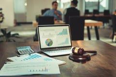 Cour de Justice, concept de loi et de règle, Gavel du juge et fiches techniques de document sur le Tableau images stock