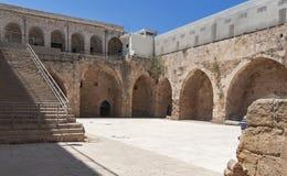 Cour de la forteresse de croisé d'acre en Israël images libres de droits