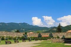 Cour de monastère avec des bancs Photo libre de droits