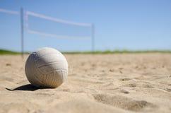 Cour de volleyball de plage le jour ensoleillé Image libre de droits