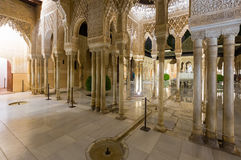Cour des lions à Alhambra dans le temps de soirée Grenade, Spai Photographie stock libre de droits