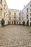 Cour du château de Hluboka avec le plancher carrelé images libres de droits