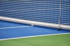 Cour dure bleue de tennis avec le filet image libre de droits