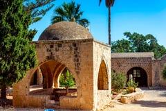 Cour et jardin au monastère d'Ayia Napa cyprus photographie stock libre de droits